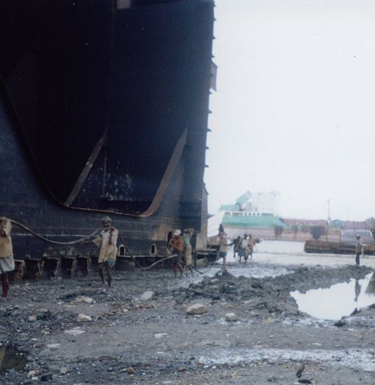 800px-Shipbreakingbangladesh2.jpg