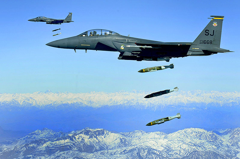 800px-F-15E_drops_2000-pound_munitions_Afghanistan_2009