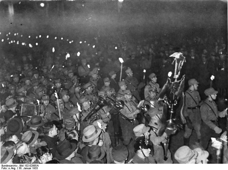 Bundesarchiv_Bild_102-02985A_Berlin_Fackelzug_zur_Machtergreifung_Hitlers.jpg