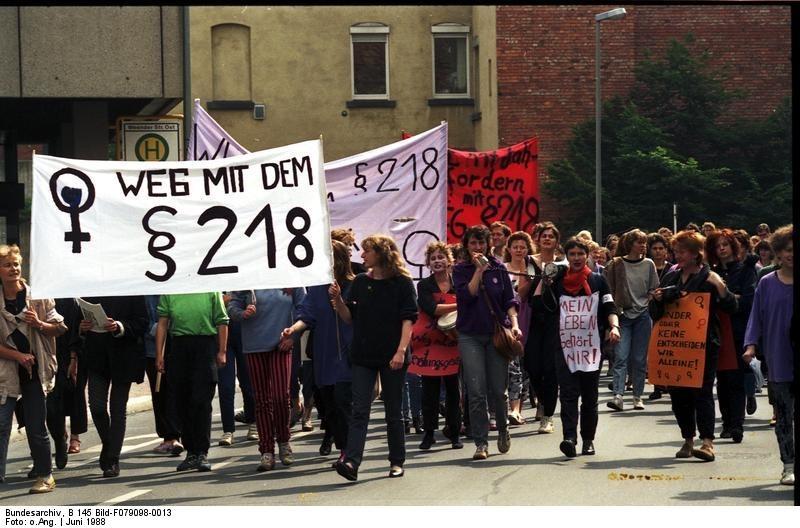 Bundesarchiv_B_145_Bild-F079098-0013_Gttingen_Demonstration_gegen__218.jpg