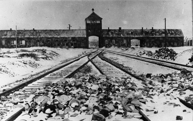 Bundesarchiv_Bild_175-04413_KZ_Auschwitz_Einfahrt.jpg