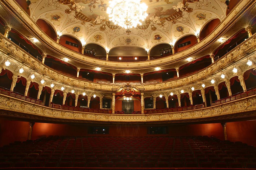 1024px-Staatstheater_Wiesbaden_Zuschauersaa012